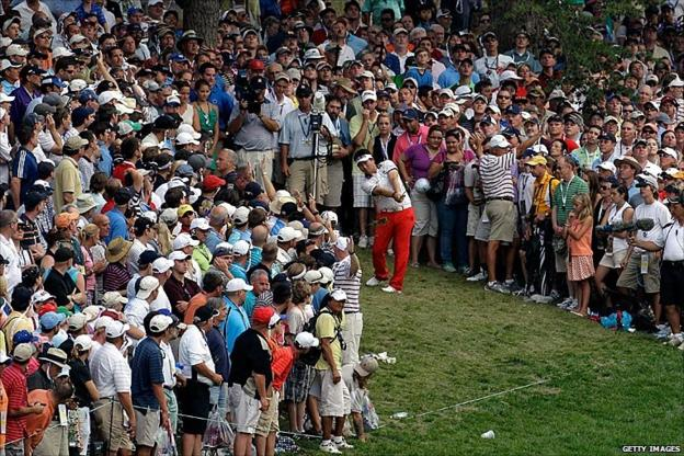 YE Yang hitting his approach to the 18th green