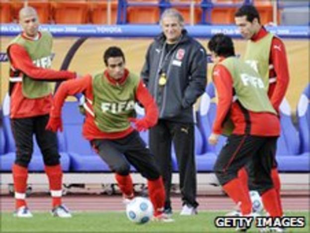 Manuel Jose supervises Al Ahly training in 2008