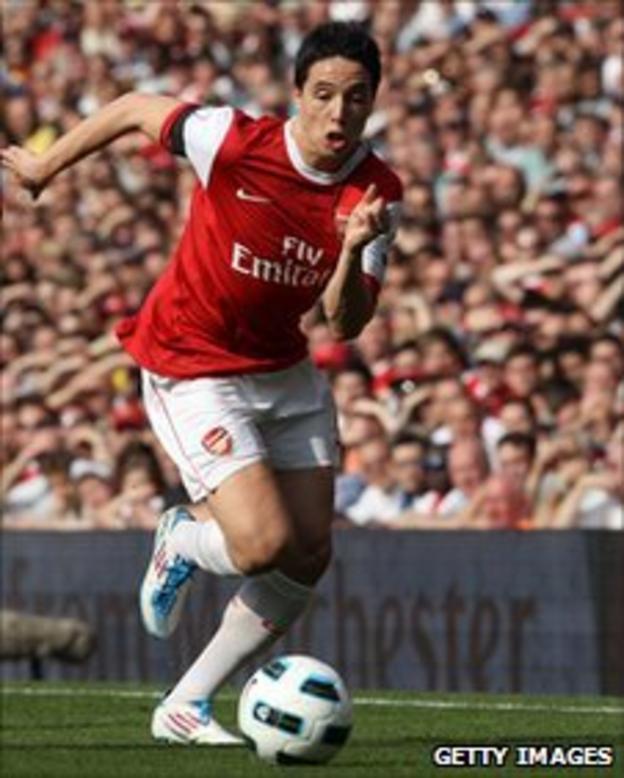 Samir Nasri dribbles the ball for Arsenal