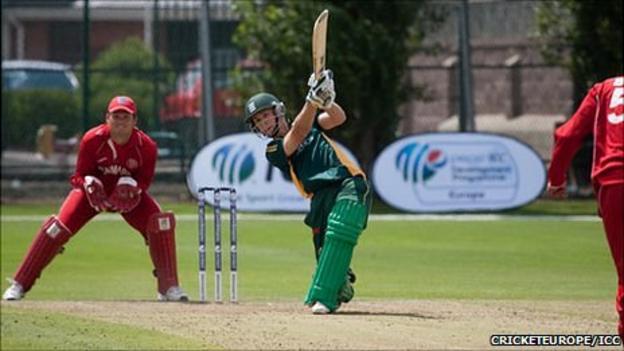 Guernsey cricketer Tim Ravenscroft batting