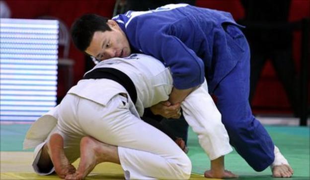 Wang Ki-Chun (in blue)
