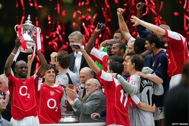 Patrick Vieira and Arsenal squad celebrating