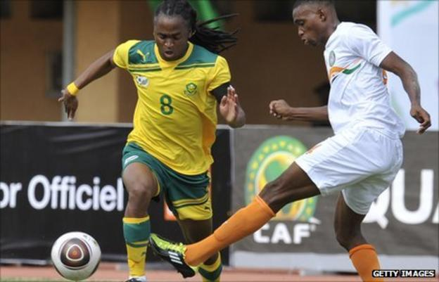 Siphiwe Tshabalala (L) of South Africa challenges for the ball, during Sunday's game with Niger