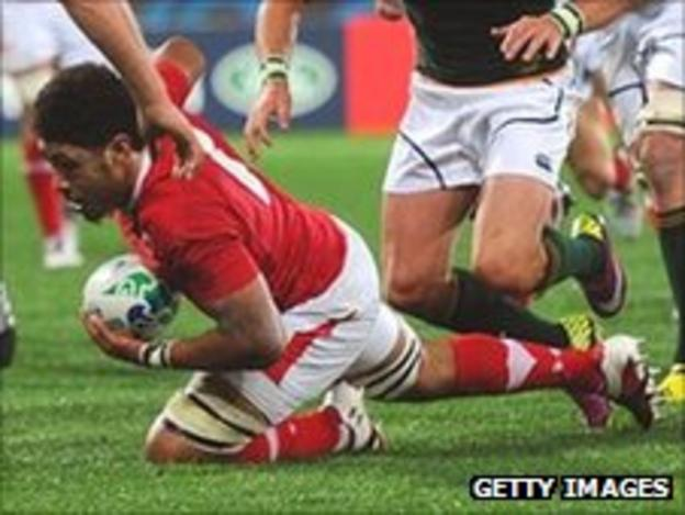 Toby Faletau dives over to score Wales' try