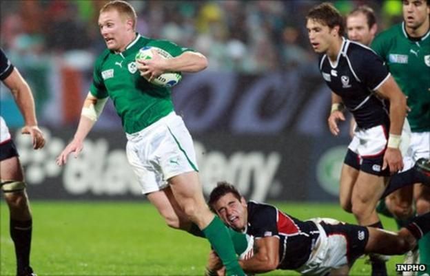Keith Earls is tackled by Mike Petri