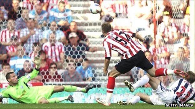 Nicklas Bendtner scores for Sunderland