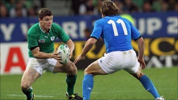 Brian O'Driscoll prepares to take on Mirco Bergamasco