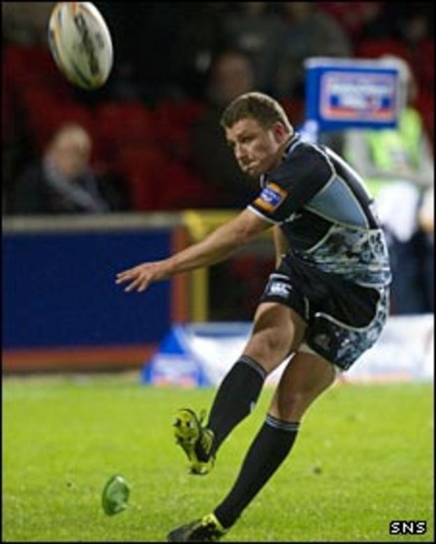 Duncan Weir kicks a penalty