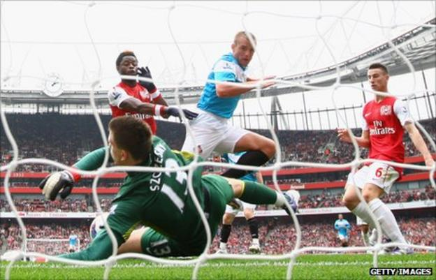 Sunderland midfielder Lee Cattermole heads toward goal, but the attempt is saved by Arsenal goalkeeper Wojciech Szczesny