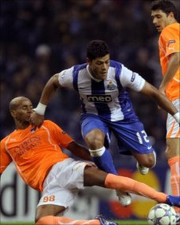 Porto striker Hulk (l)