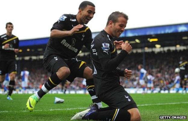 Rafael Van der Vaart celebrates with Aaron Lennon