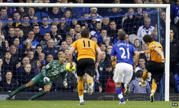 Stephen Hunt scores the opening goal from the spot
