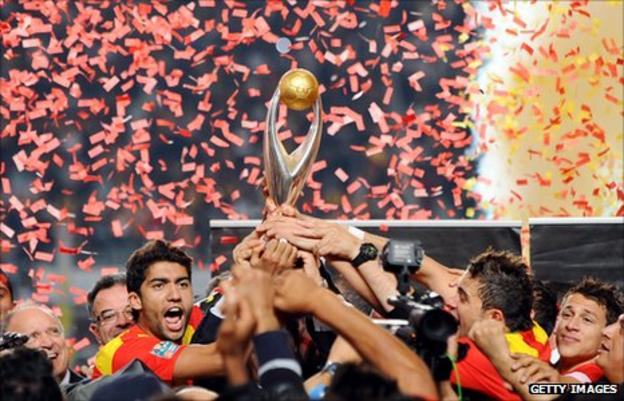 Esperance of Tunisia lift the 2011 African Champions League trophy