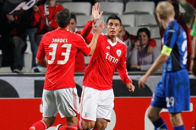 Oscar Cardoza (centre) scores for Benfica against Otelul Galati