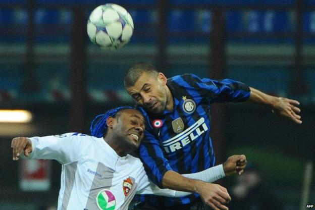 Walter Samuel (right) and Vagner Love challenge for the ball