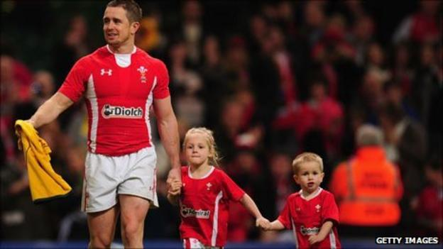Shane Williams lap of honour with children at last international game