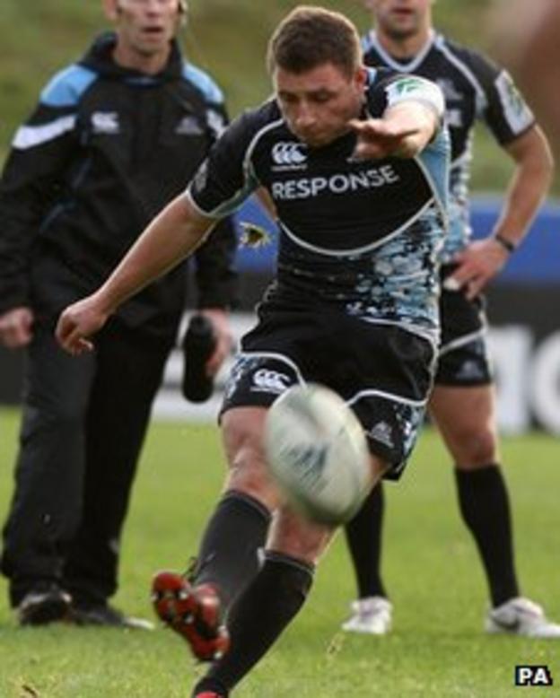 Duncan Weir kicks a penalty for Glasgow Warriors