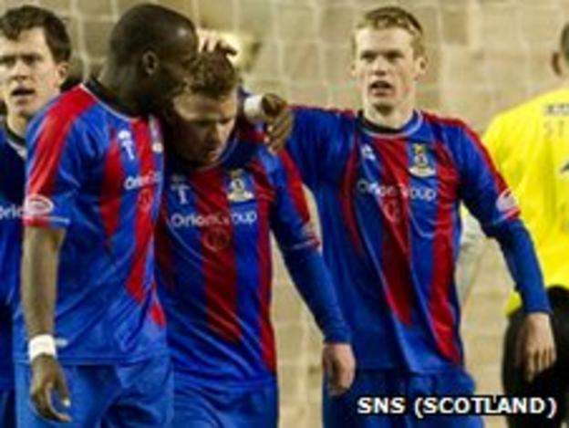 Inverness players celebrate Jonny Hayes' goal against Hibernian
