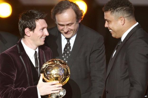 Messi receives his award from Michel Platini and Ronaldo