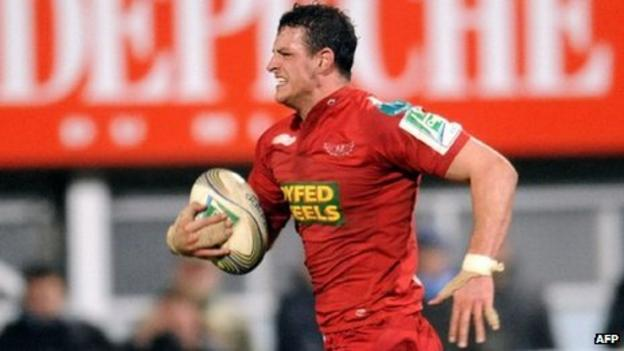 Flanker Aaron Shingler races away