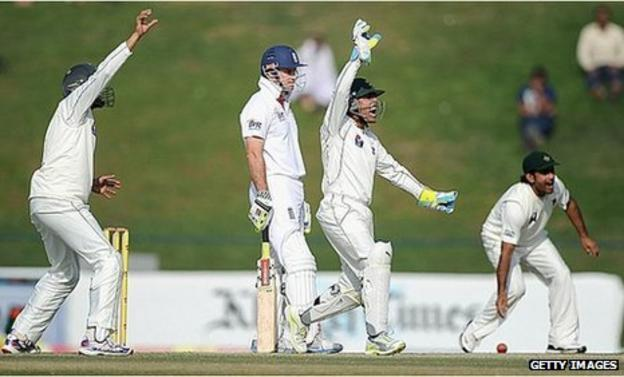 Pakistan appeal for Andrew Strauss's wicket