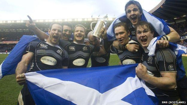 Scotland players celebrate Calcutta Cup victory in 2008