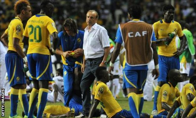 Gabon coach Gernot Rohr (centre) with his players as they prepare before the penalty shoot-out against Mali in the Africa Cup of Nations quarter-finals