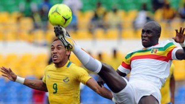 Mali's defender Ousmane Berthe (R)challenges Gabon's Pierre-Emerick Aubameyang