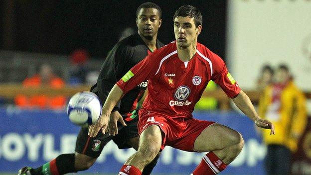 Glentoran forward Leon Knight puts pressure on Sligo's Gavin Peers