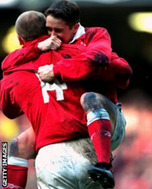 Shane Williams celebrates with Gareth Thomas