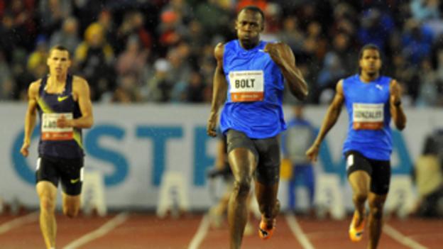 Jonathan Borlée (L) takes on Usain Bolt over 300m