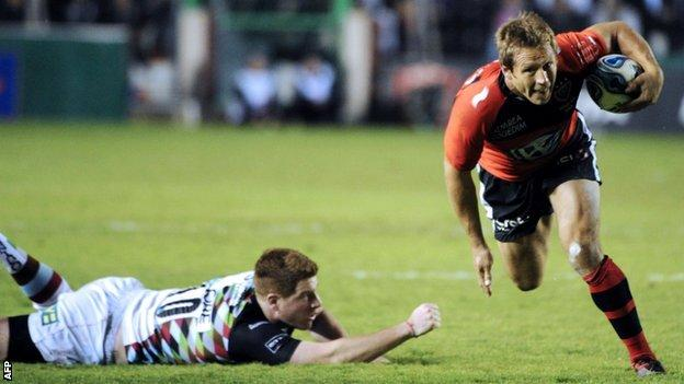 Toulon fly-half Jonny Wilkinson eludes Harlequins counterpart Rory Clegg