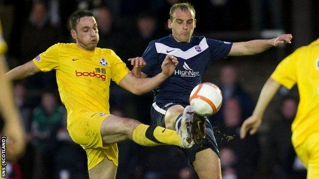 Ayr's Gareth Wardlaw and Ross County's Grant Munro