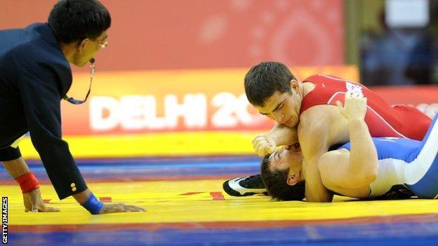 Myroslav Dykun (red) winning Commonwealth Gold in 2010