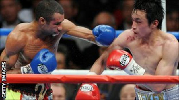 Rendall Munroe (l) lost to Toshiaki Nishioka in a world title bout in 2010