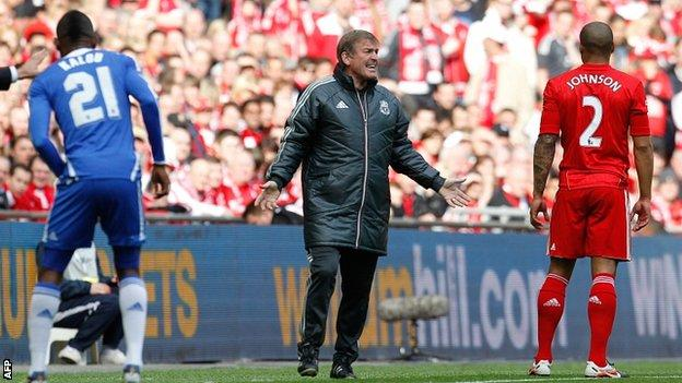 Kenny Dalglish (centre) talks tactics with Glen Johnson