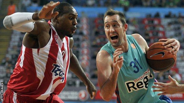 Barcelona's Chuck Eidson (right) vies with Olympiakos's Richard Dorsey