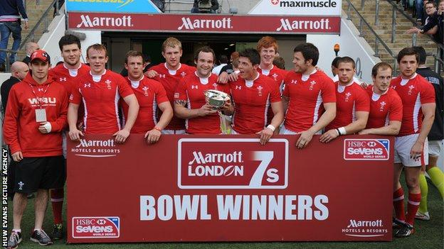 Wales celebrate the London Sevens Bowl title