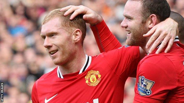 Paul Scholes agrees to play on at Manchester United
