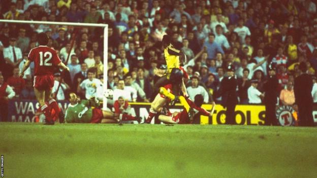 Michael Thomas scores for Arsenal