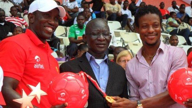Dwight Yorke (left), Sierra Leone's Sports Minister and former Leone Star Mohamed Kallon