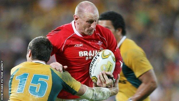 Gareth Thomas takes on Australia in 2007