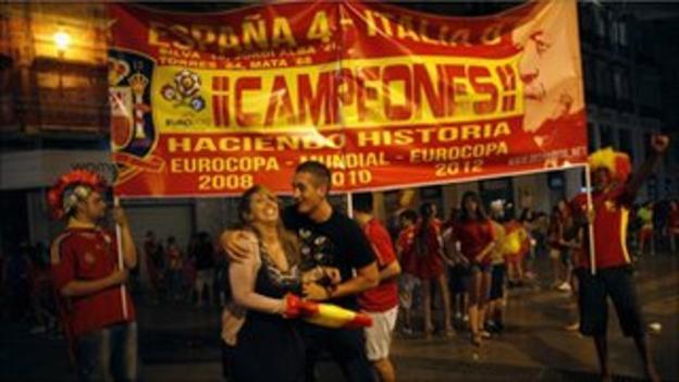 Spanish fans celebrate winning Euro 2012