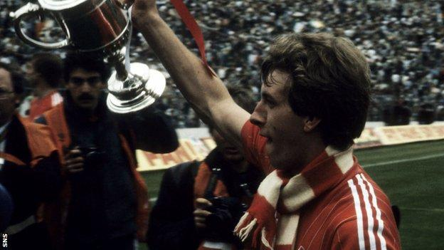 Simpson lifts the Scottish Cup while with Aberdeen