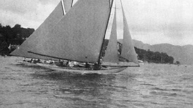 Hera and Mouchette racing on the Clyde