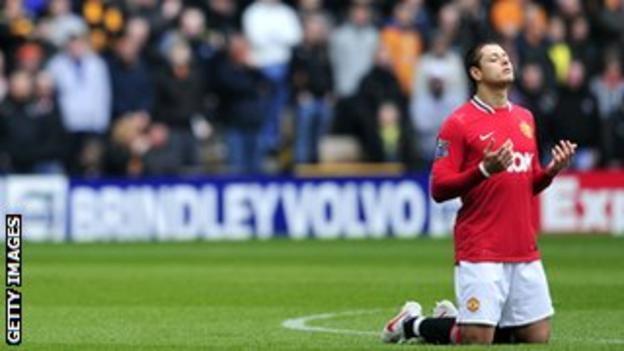 Javier Hernandez prays