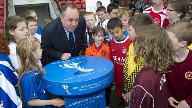 Alex Salmond talks to children at Stenhousemuir's Ochilview Park