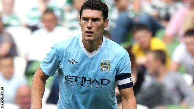 Gareth Barry playing for Manchester City