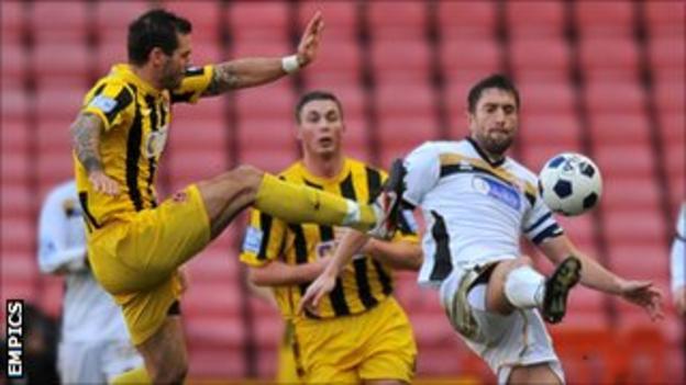 Graeme Lee (right) tussles with Gareth Sneddon