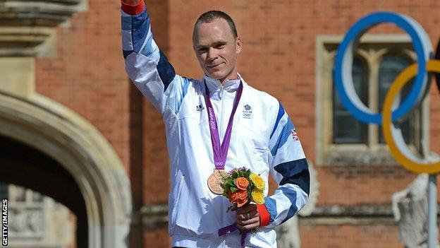 Chris Froome on prodium with bronze medal